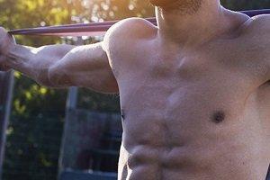 Arrestan a socio por entrenar desnudo en el gimnasio