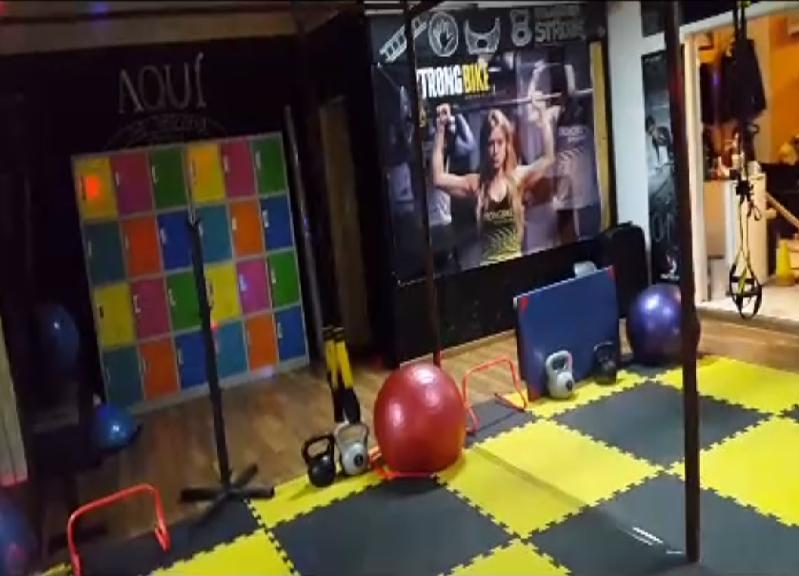 El gimnasio Strong Bike, de Uruguay, montó mamparas de 4 m2 en su sala de entrenamiento funcional