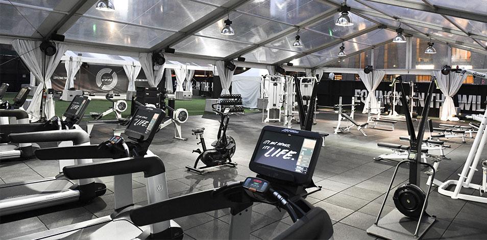 En Estados Unidos, varios gimnasios de renombre están prestando servicios al aire libre