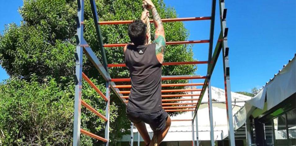 El gimnasio Tao Gym, de Carlos Paz, montó una jaula de entrenamiento al aire libre