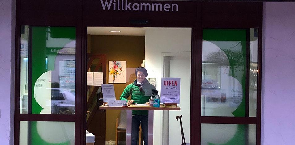 Mientras está cerrado, un gimnasio de Eching, Alemania, montó en la puerta una recepción para asesorar a sus usuarios