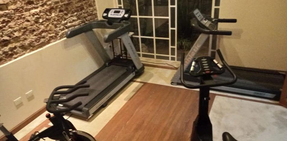 Dieta Club de Necochea montó un living saludable con cintas y bicicletas