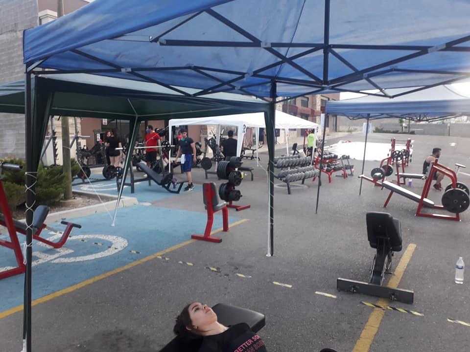 BlackBull Fitness Center, de Chihuahua, adaptó su gimnasio al aire libre para reabrir