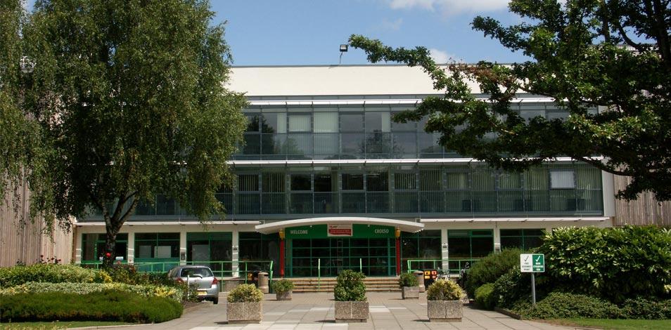 En Gales, el estado brinda subvenciones de £2500 libras a fisioterapeutas, entrenadores personales e instructores